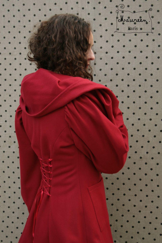 Veste Redingote en lainage rouge à large capuche : Manteau