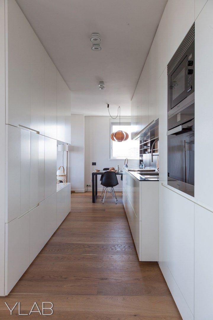 Un gran armario para separar la cocina del sal n for Arquitectos espanoles actuales