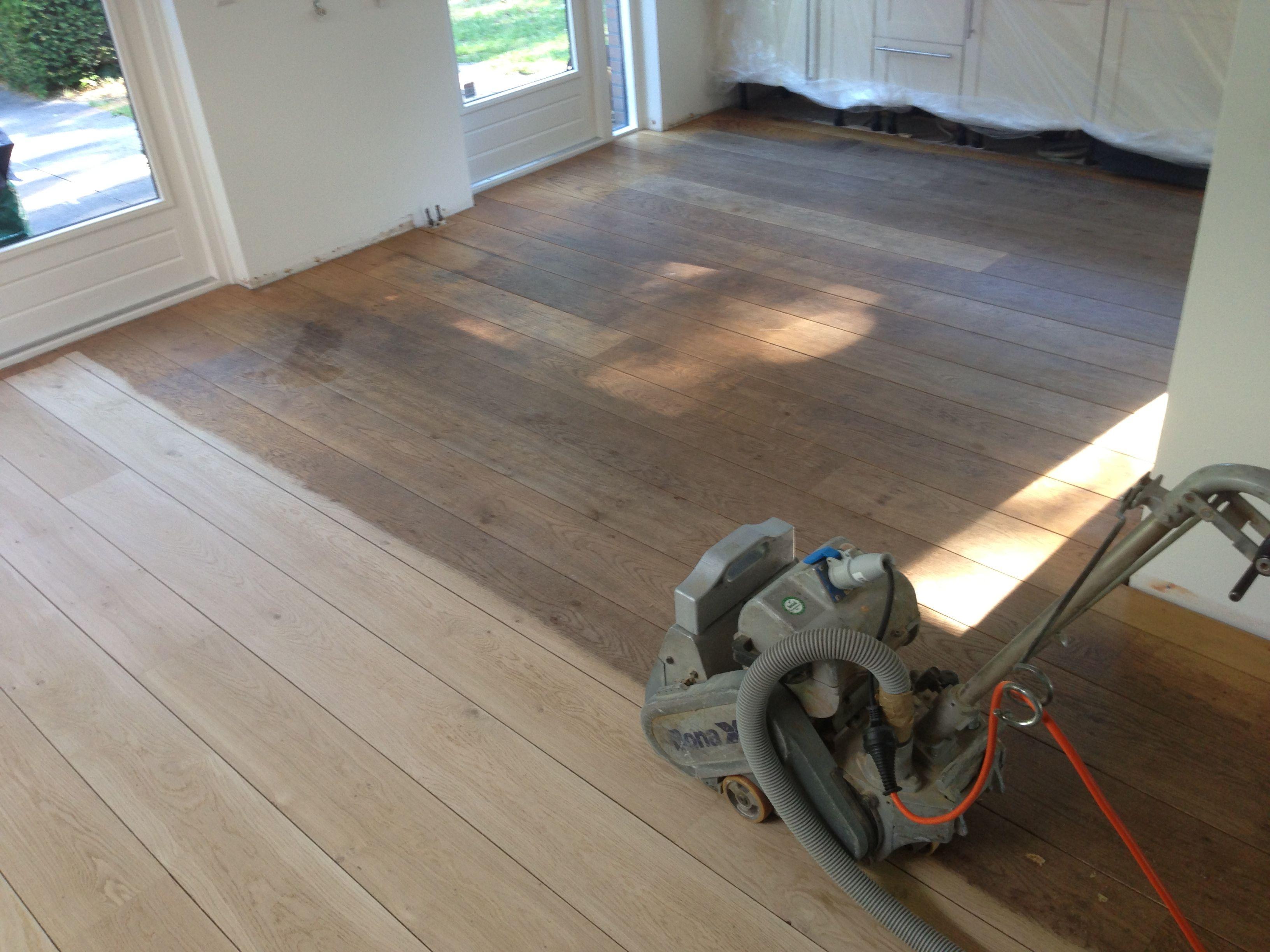 Bestaande eiken plankenvloer renoveren schoonschuren en opnieuw