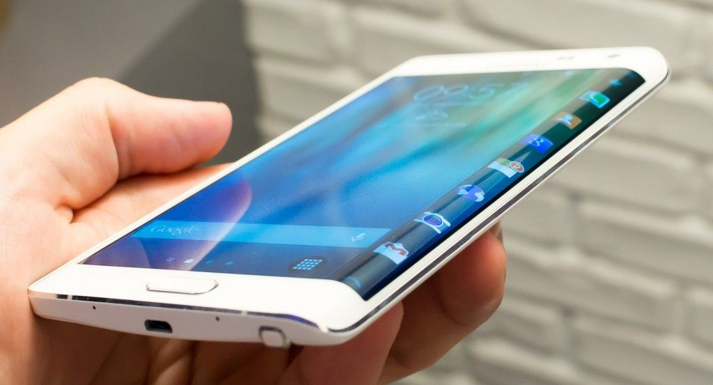 the samsung galaxy note edge certainly outperforming its rival with a powerful hardware configuration that features pre dominant curved edge screen