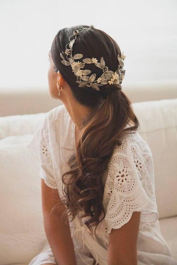 coleta baja con corona de flores y hojas metalizada | peinados de