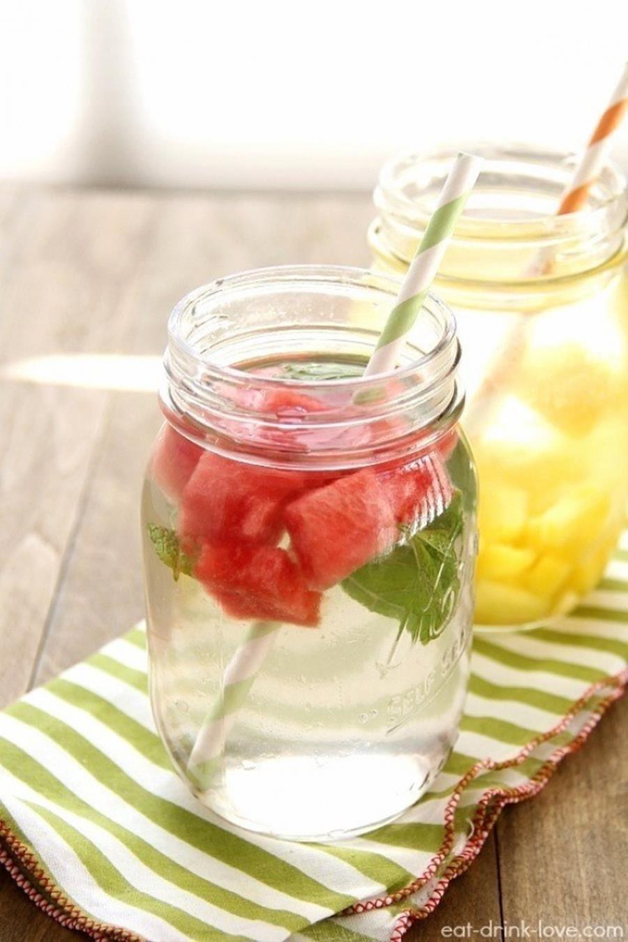13 recettes de boissons fraîches pour arrêter définitivement les sodas #boissonsfraîches Pastèque avec une touche de menthe Ingrédients :  - 350g de pastèque coupée en tranche - des feuilles de menthe - eau fraîche - glaçons   Préparation :   Dans un pichet, mélangez la pastèque, les feuilles de menthe et les glaçons. Remplissez le tout avec de l'eau et laissez reposer 2 à 8 heures dans le frigo. N'hésitez pas à doser la menthe en fonction de vos goûts. #boissonsfraîches