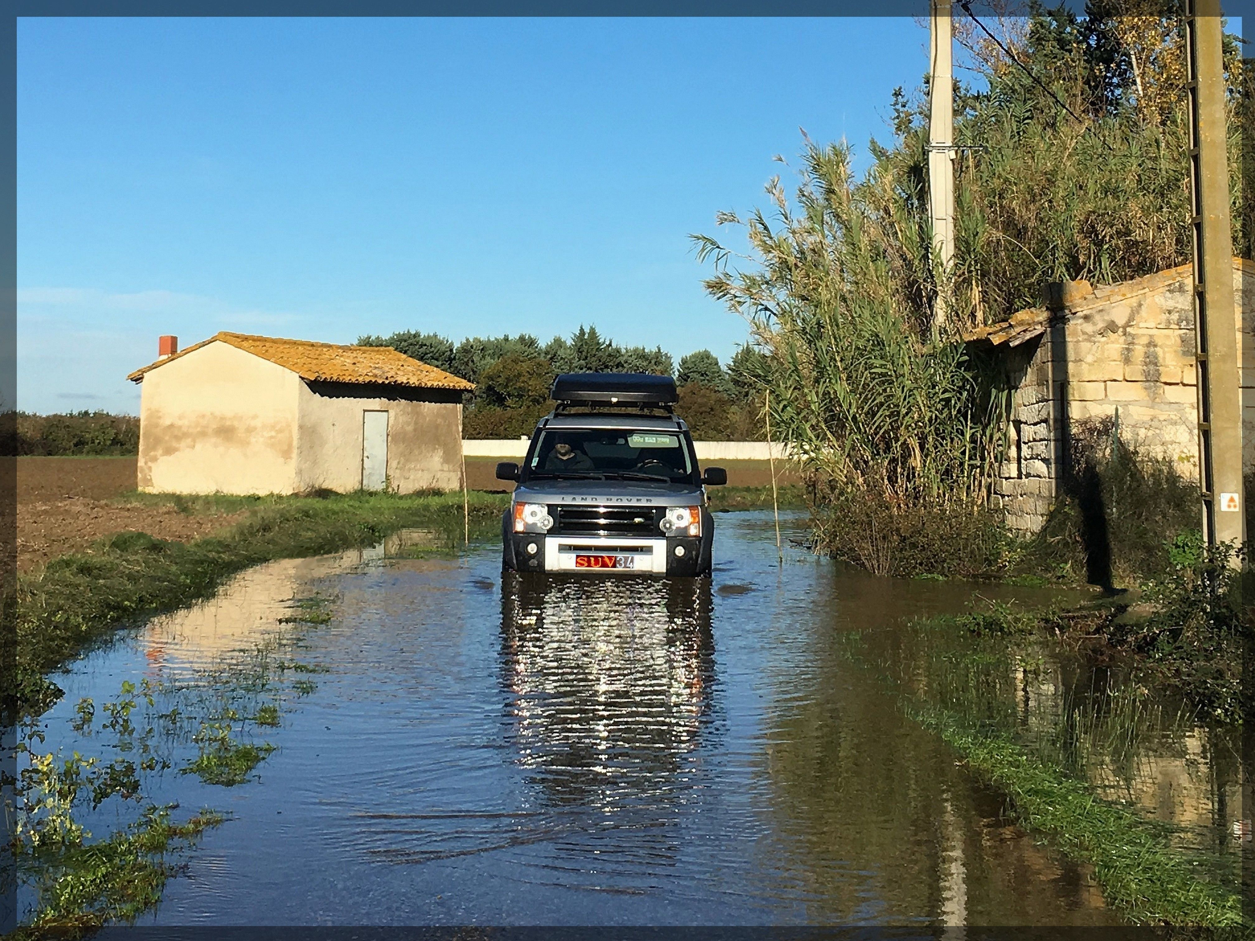 4x4 Land Rover Disco 3 in water. gué, inondations Tente
