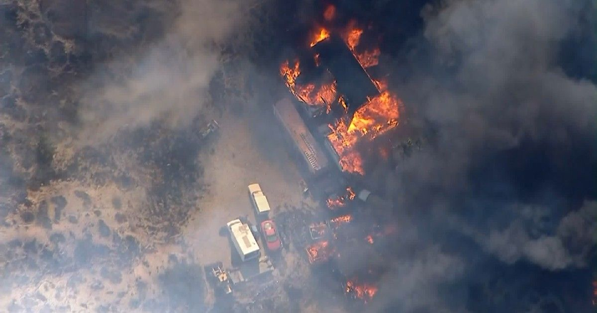 Tick Fire In Santa Clarita Valley Is Burning Homes And Threatening Neighborhoods Santa Clarita Valley Brush Fire College Of The Canyons