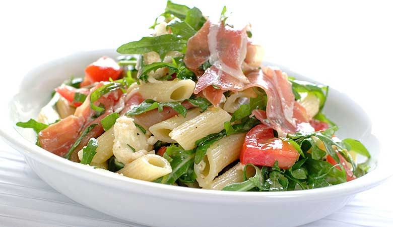 Pastasalat med spekeskinke og spinatpasta