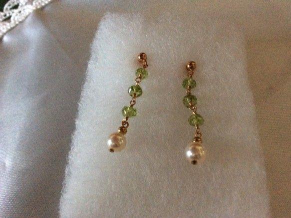 照りの綺麗なあこや真珠とペリドットを組み合わせたものです。あこや真珠…5.2ミリ天然石…ペリドット(ボタン)金具…1...|ハンドメイド、手作り、手仕事品の通販・販売・購入ならCreema。