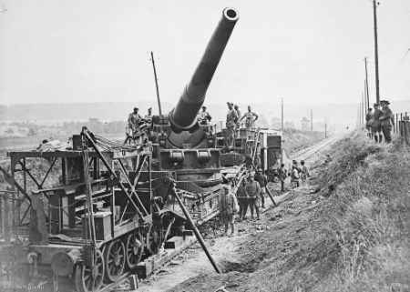 Canadian officers inspect a French railway gun, 1917