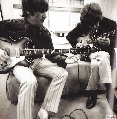 John Lennon With His Epiphone Casino Sunburst Guitar In 1966 He And George Bought Identical Models In 1965 In 19 Beatles George Beatles Guitar Beatles Love