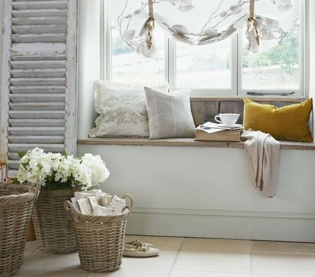 Coole Dekoration Wohnzimmer Auf Franzoesisch #20: Holz Fensterbank Sitzecke Rattankörbe Blumen Deko