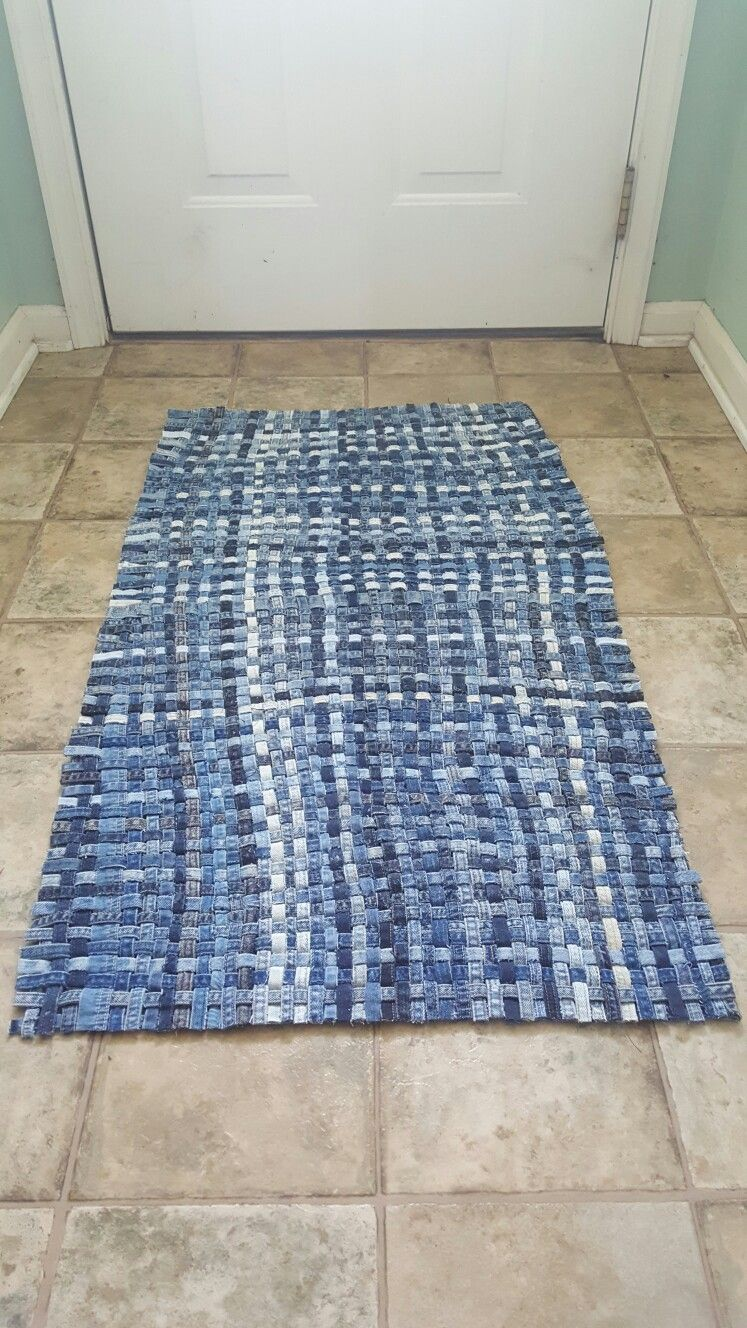 How To Make A Woven Throw Rug Out Of Recycled Denim Jeans Repurpose Recycle Sewi Beginner Sewing Projects Easy Sewing Projects For Beginners Sewing Projects