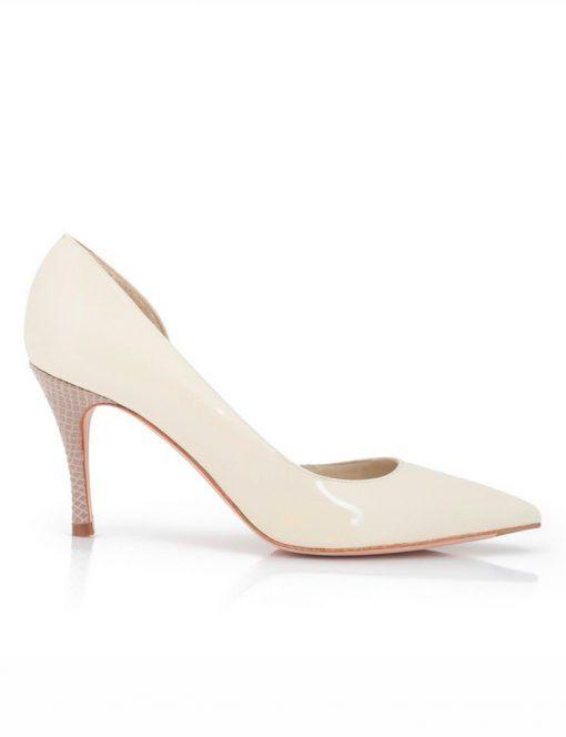 Unos zapatos tipo stiletto con un detalle muy elegante de print de serpiente beige en el tacón.