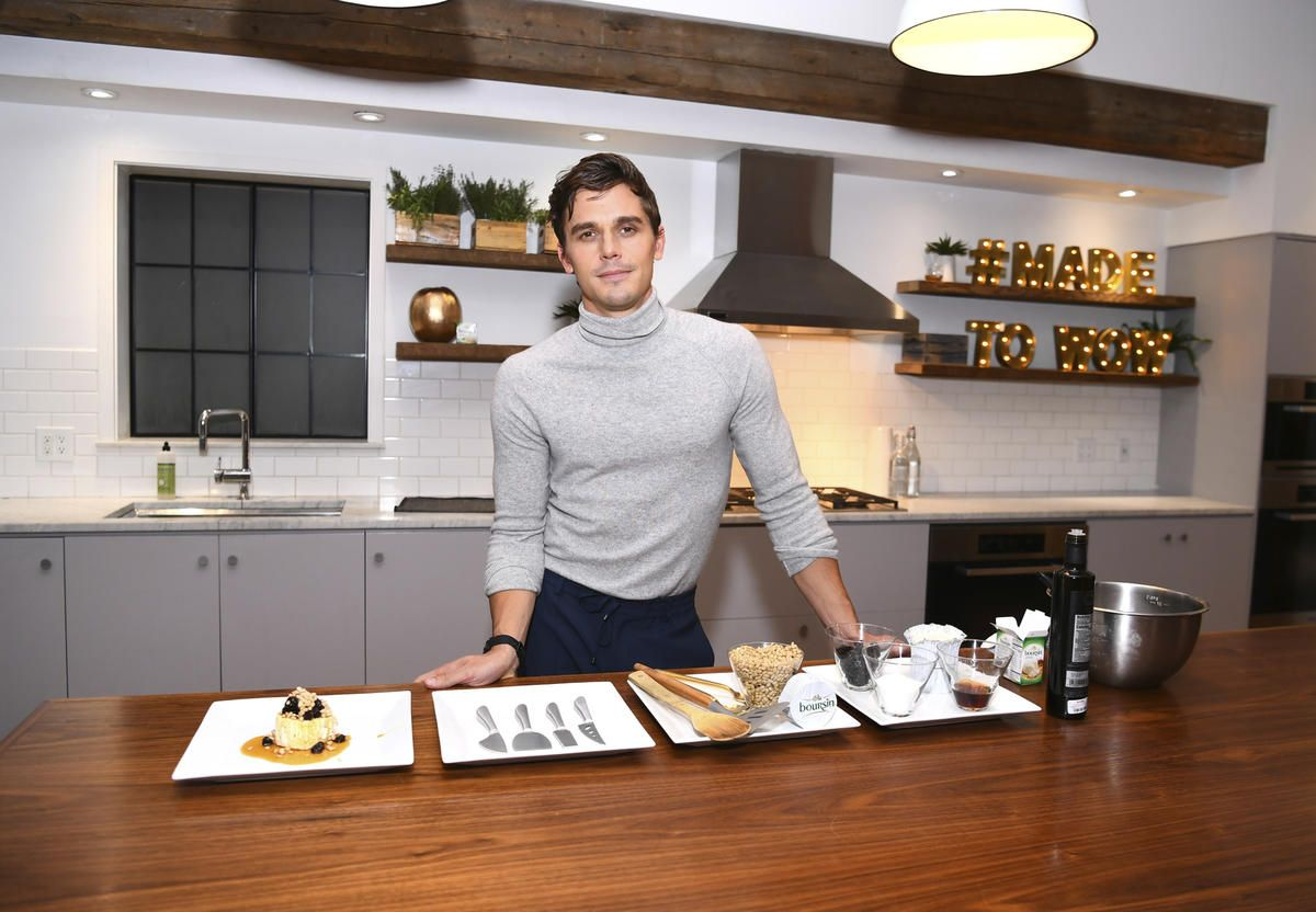 'Queer Eye' Food Expert Antoni Porowski Shares His Friendsgiving Tips and Tricks #friendsgivingfood