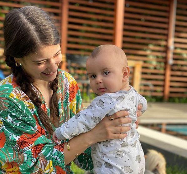 Hazal Kaya Baby Pics In 2020 Turkish Fashion Kaya Turkish Actors