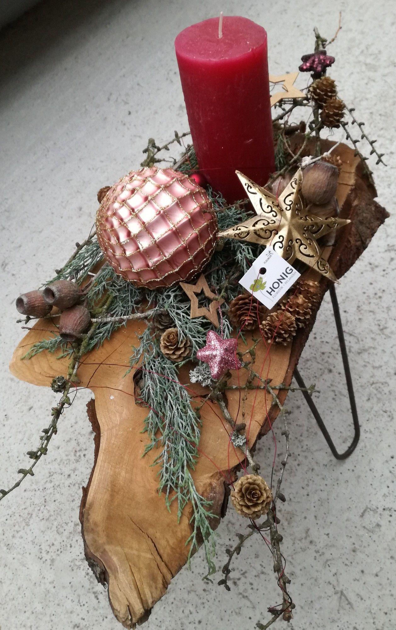 Kerzengesteck in weinrot auf Kirschholztischchen | Deko ...