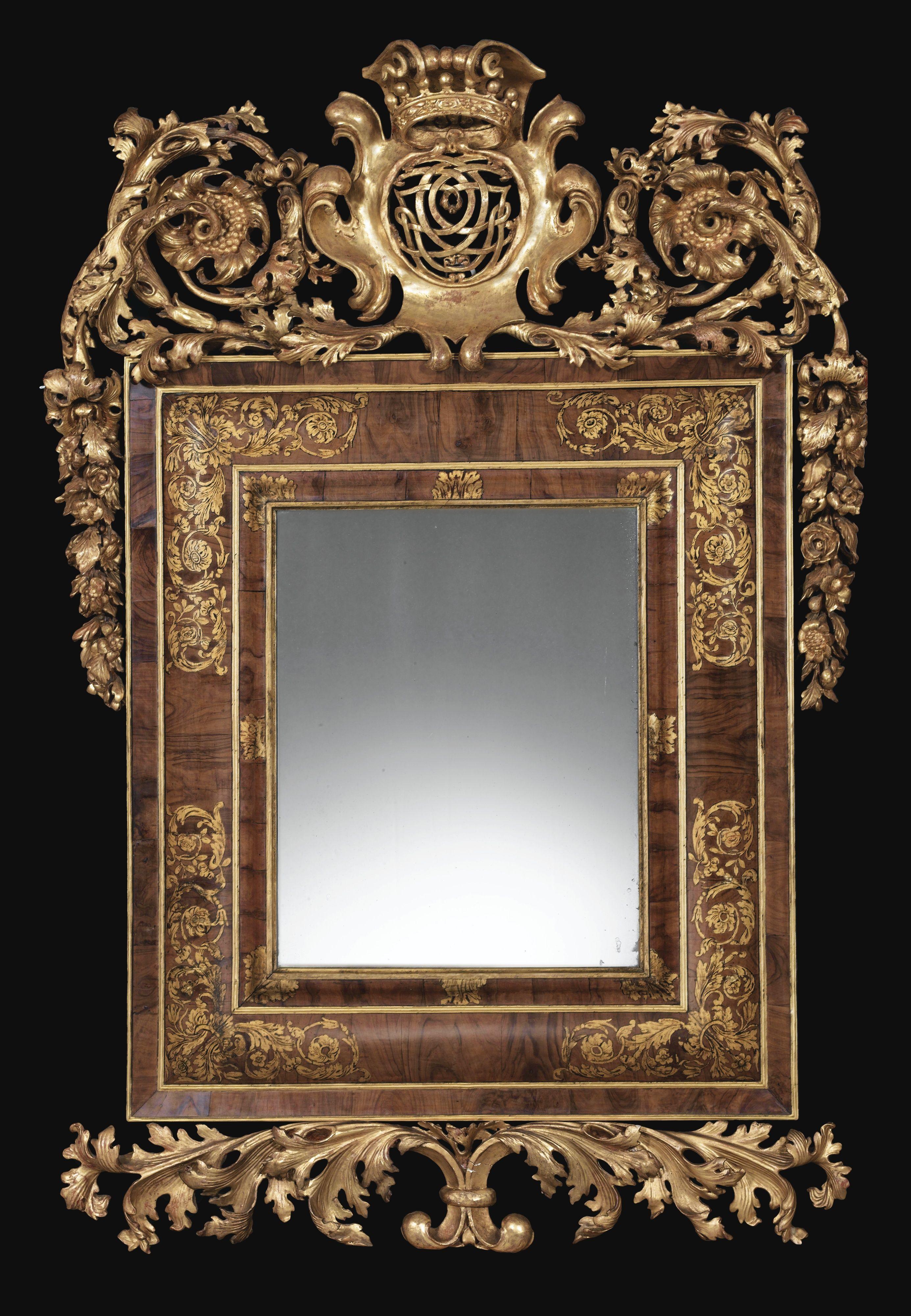 Cadre formant miroir en placage de noyer et bois sculpté et doré ...