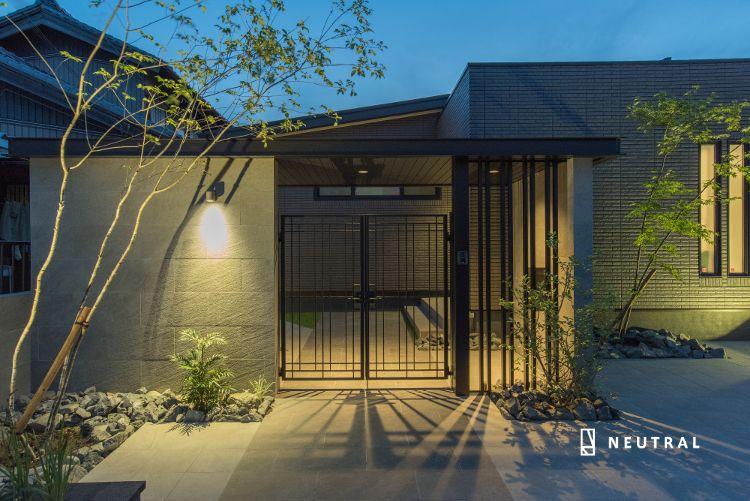 ライトアップされたエクスティアラアーチの門周り Gardendesign