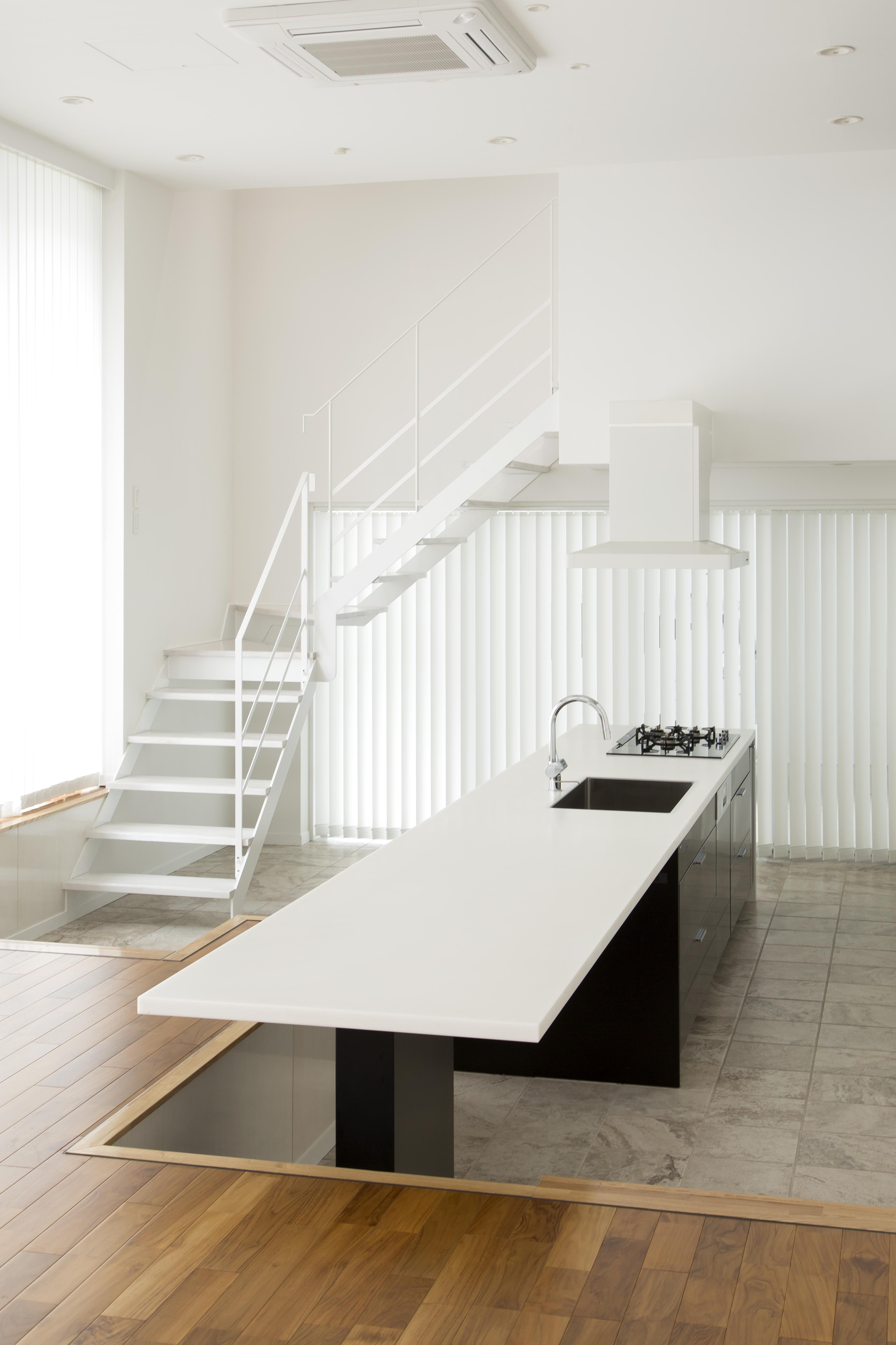 キッチンカウンターとテーブルを一体にする ストレートデザインが特徴