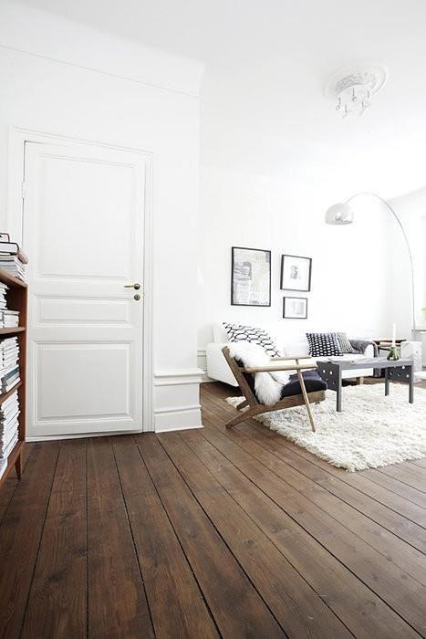 Een karaktervolle uitstraling creëer je met een donker houten vloer ...
