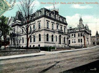 Banque et bureau de poste sur la rue commerciale bank and post