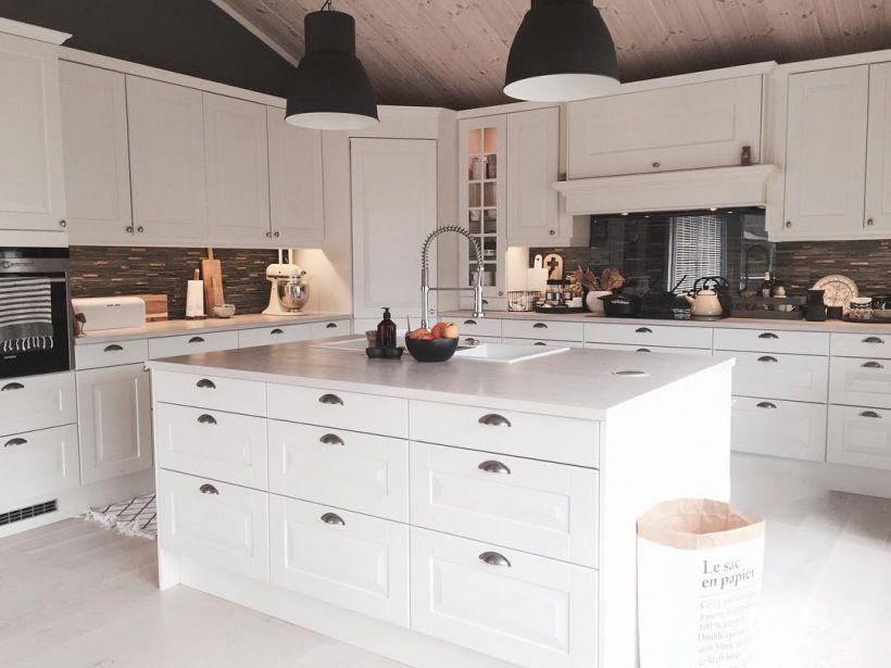 Na Srodku Kuchni Znajduje Sie Duza Wyspa Zabudowana Z Kazdej Strony Dzieki Temu Jest Wiecej Miejsca Do Przechowywania A Wie Kitchen Cabinets Home Home Decor