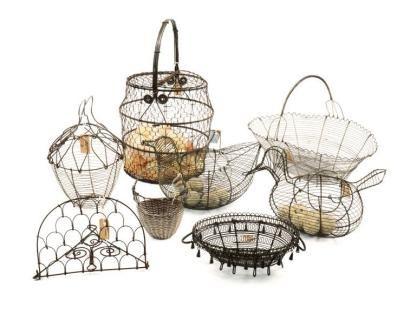 Ensemble de 9 objets de cuisine. Fil de fer tressé: Panier à oeufs forme d'oiseaux, panier à pain, panier à salade, porte bouteilles etc.