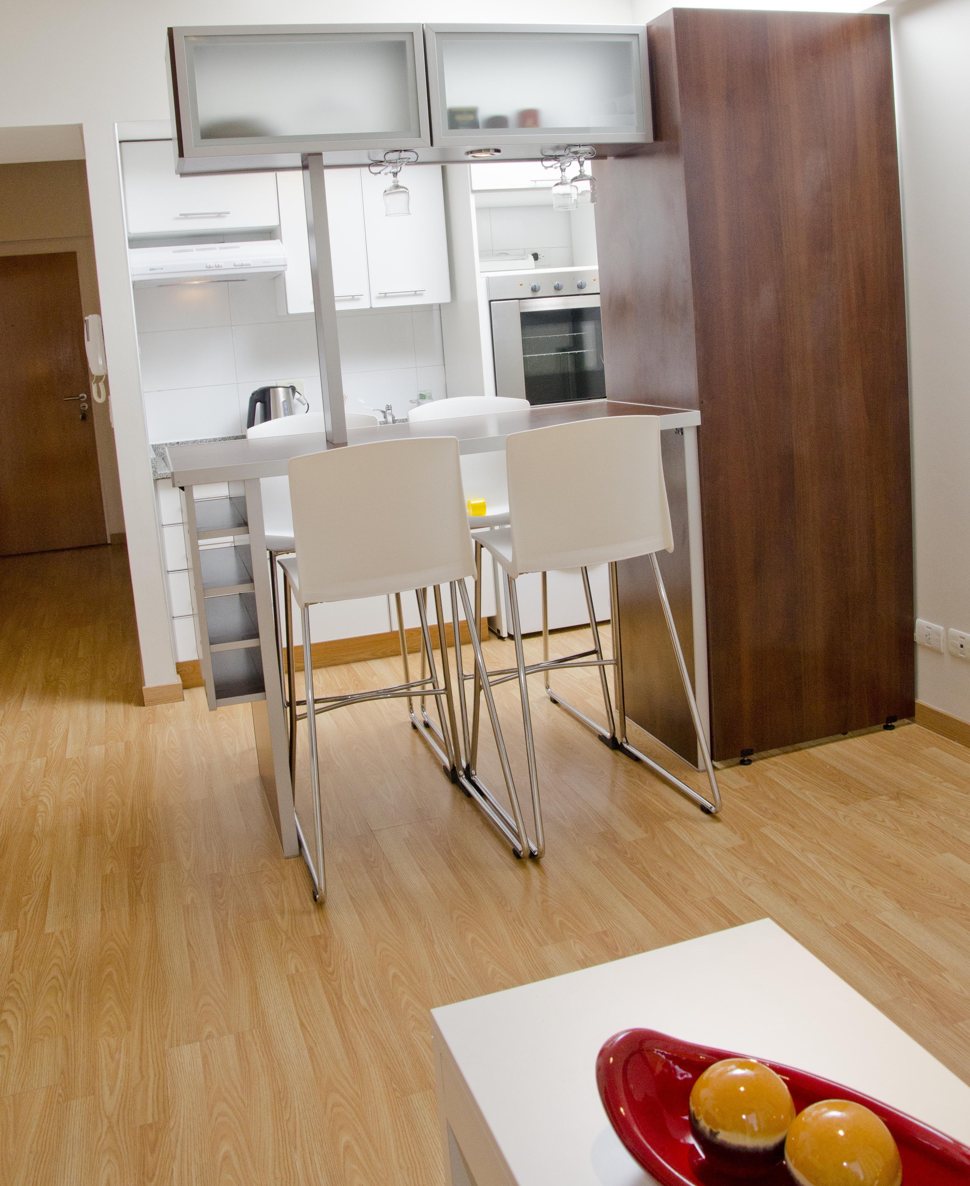 Desayunador d 480 con alacenas vidriadas luces y coperos for Mueble barra cocina