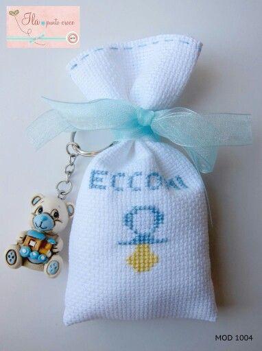 Sacchetto in tela aida, con ricamo a puntocroce e portachiavi abbinato. Disponibile anche in versione femminile!