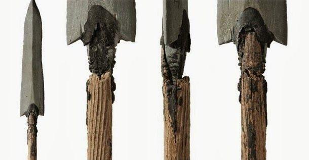 Nas montanhas da Noruega, a fusão da neve revelou um arco e flechas provavelmente usados por caçadores para matar renas há 5400 anos.