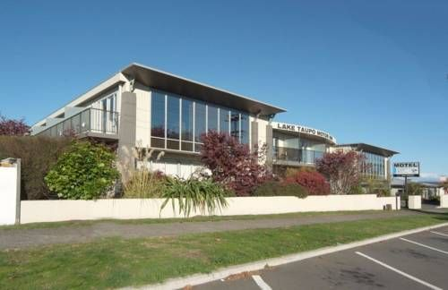 Lake Taupo Motor Inn Taupo Lake Taupo Motor Inn offers free Wi-Fi, a heated outdoor swimming pool and 2 outdoor hot tubs. It is located less than 5 minutes' drive from Taupo's town centre.  All accommodation at Lake Taupo Motor Inn has air conditioning.