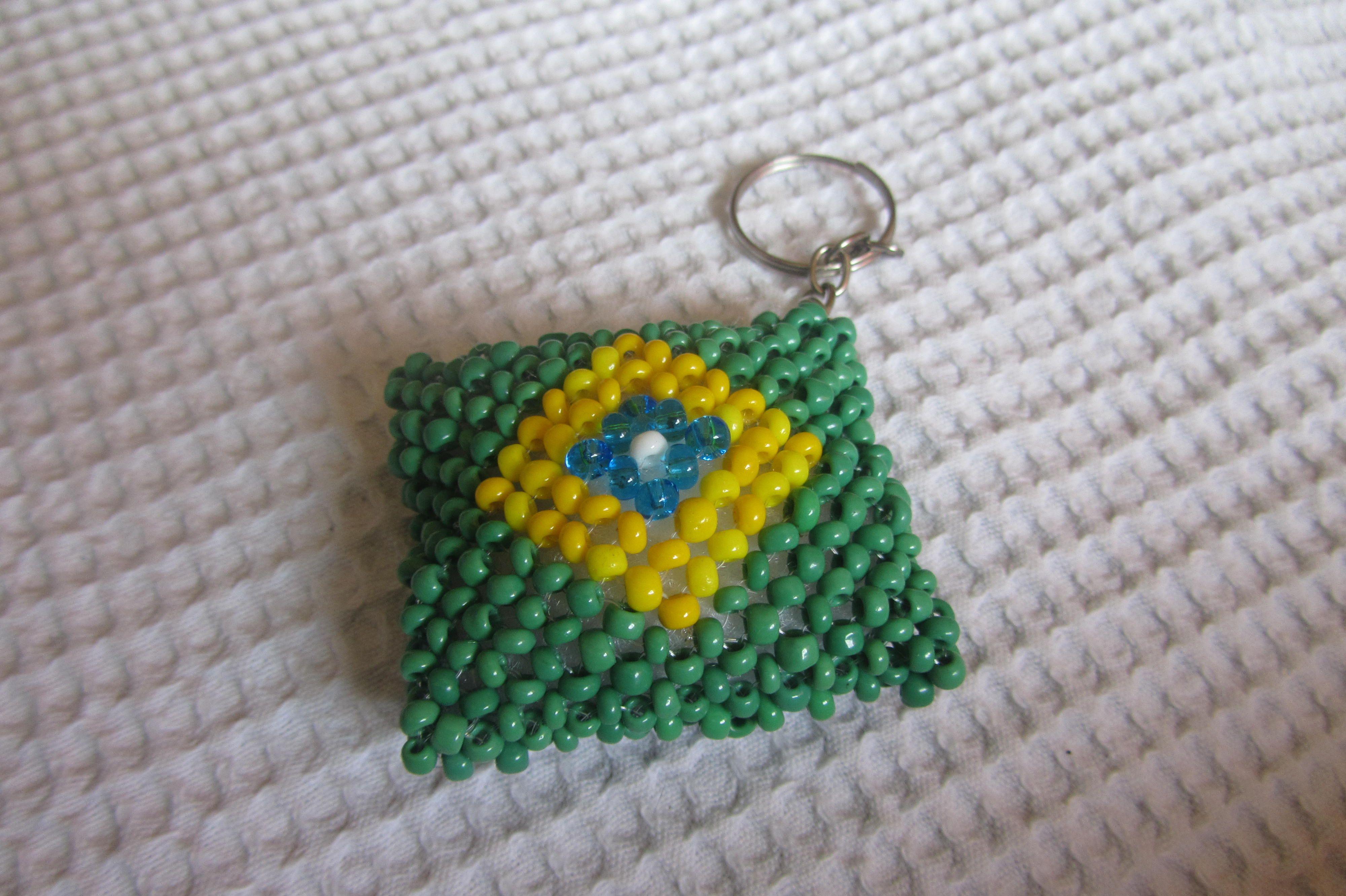Chaveiro Bandeira do Brasil de miçangas.