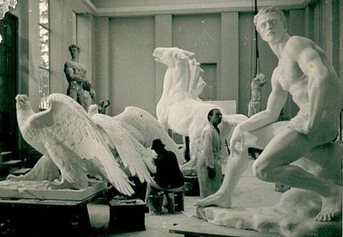 Arno Breker junto a sus obras | Arno, Sculpture art, Artist at work