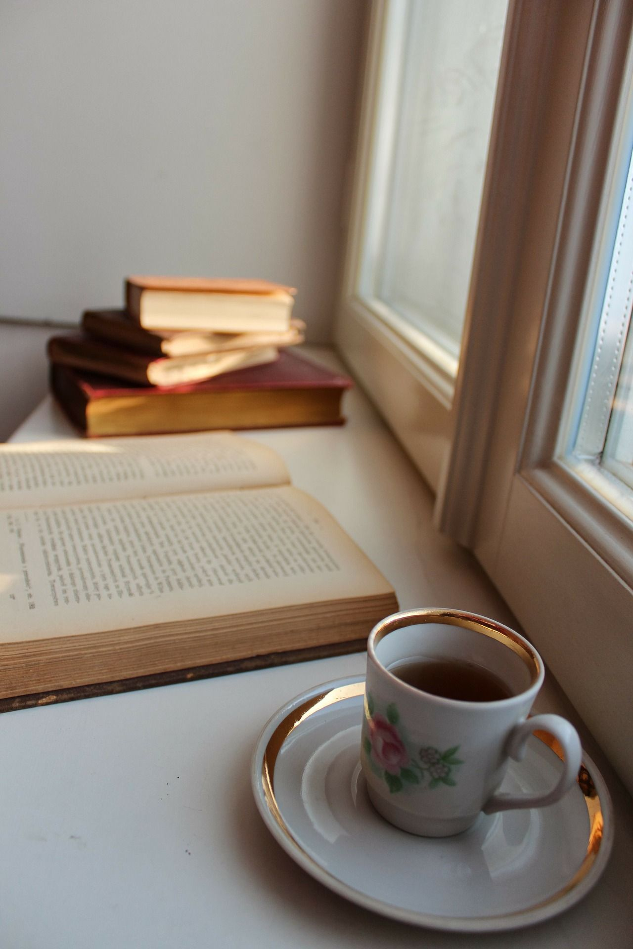 Nic nepotěší na ráno více než šálek dobrého čaje a čas na přečtení si dobré knihy. Vždy si je vyložím na parapet, udělám si mezitím snídani a užívám si ráno. http://www.slovaktual.cz/produkty/doplnky/parapety/