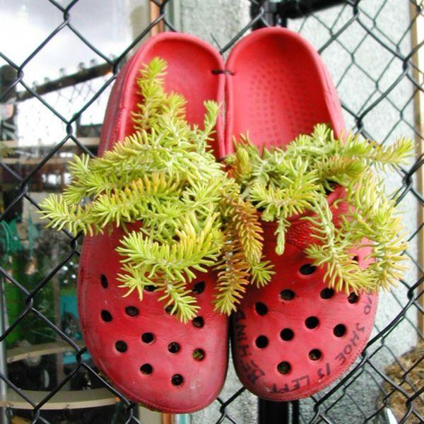 Blumenbeet anlegen - alte Schuhe erscheinen als Blumengefäße #blumenbeetanlegen blumenbeet anlegen in flipflops dekoideen #blumenbeetanlegen