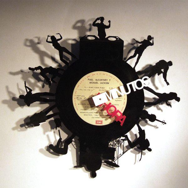 Reloj Guateque Reloj de pared hecho a partir de un disco de acetato original. Piezas únicas.     *Ya que nuestros relojes se encuentran elaborados con discos reciclados, pueden llegar a tener pequeños defectos como manchas o líneas | Diseño Distrito Federal