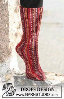 "Poikittain neulotut DROPS sukat ""Fabel""-langasta. ~ DROPS Design"
