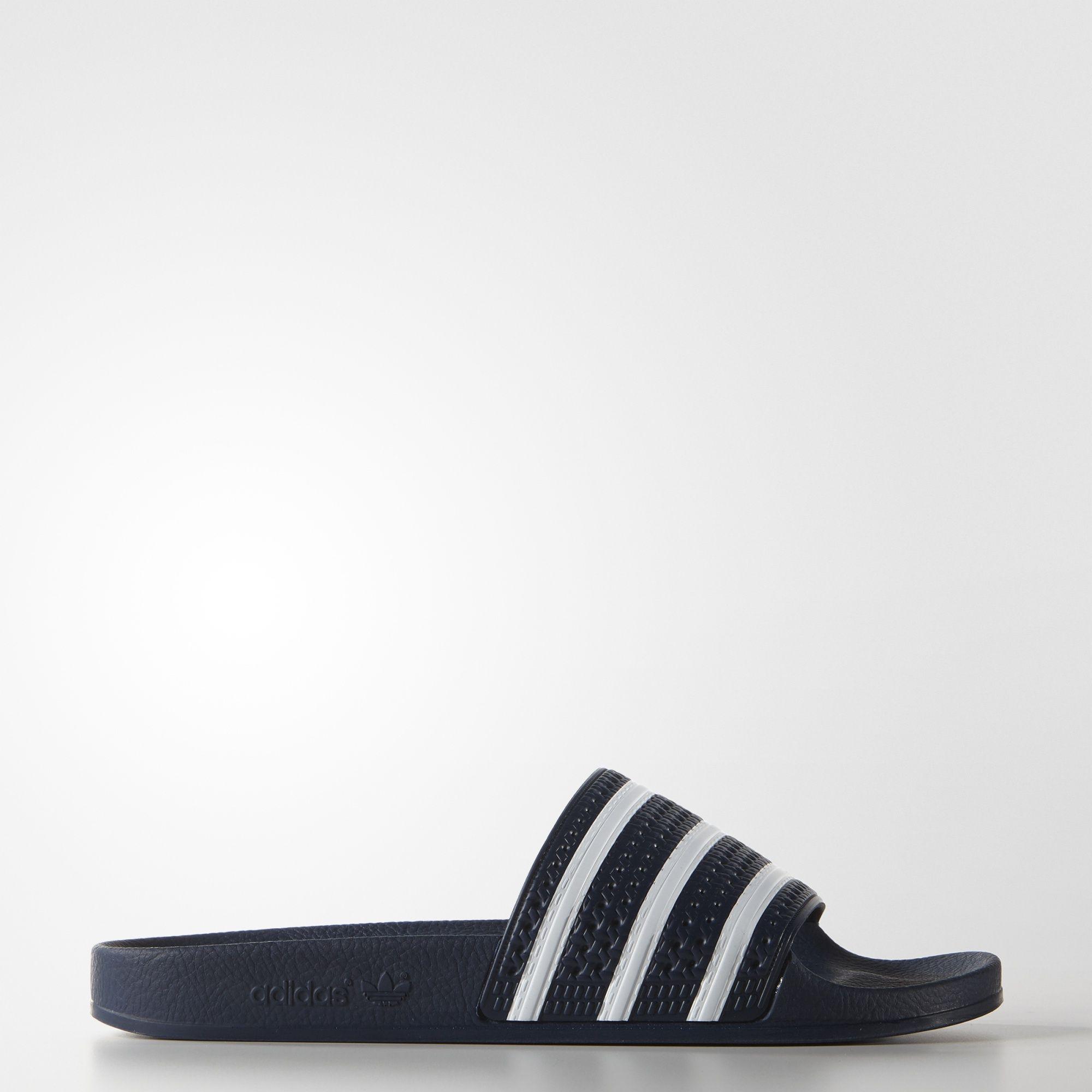 Die adilette wurde 1972 auf den Markt gebracht und hat sich zu einem der weltweit beliebtesten adidas-Slipper entwickelt. Die adidas Originals adilette steht für Entspannung und Wohlgefühl und sorgt mit sicherem Softbandagen-Design und ausgeprägtem Fußbett für anhaltenden Komfort.