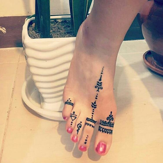 latest feet fingers henna designs for girls to make their