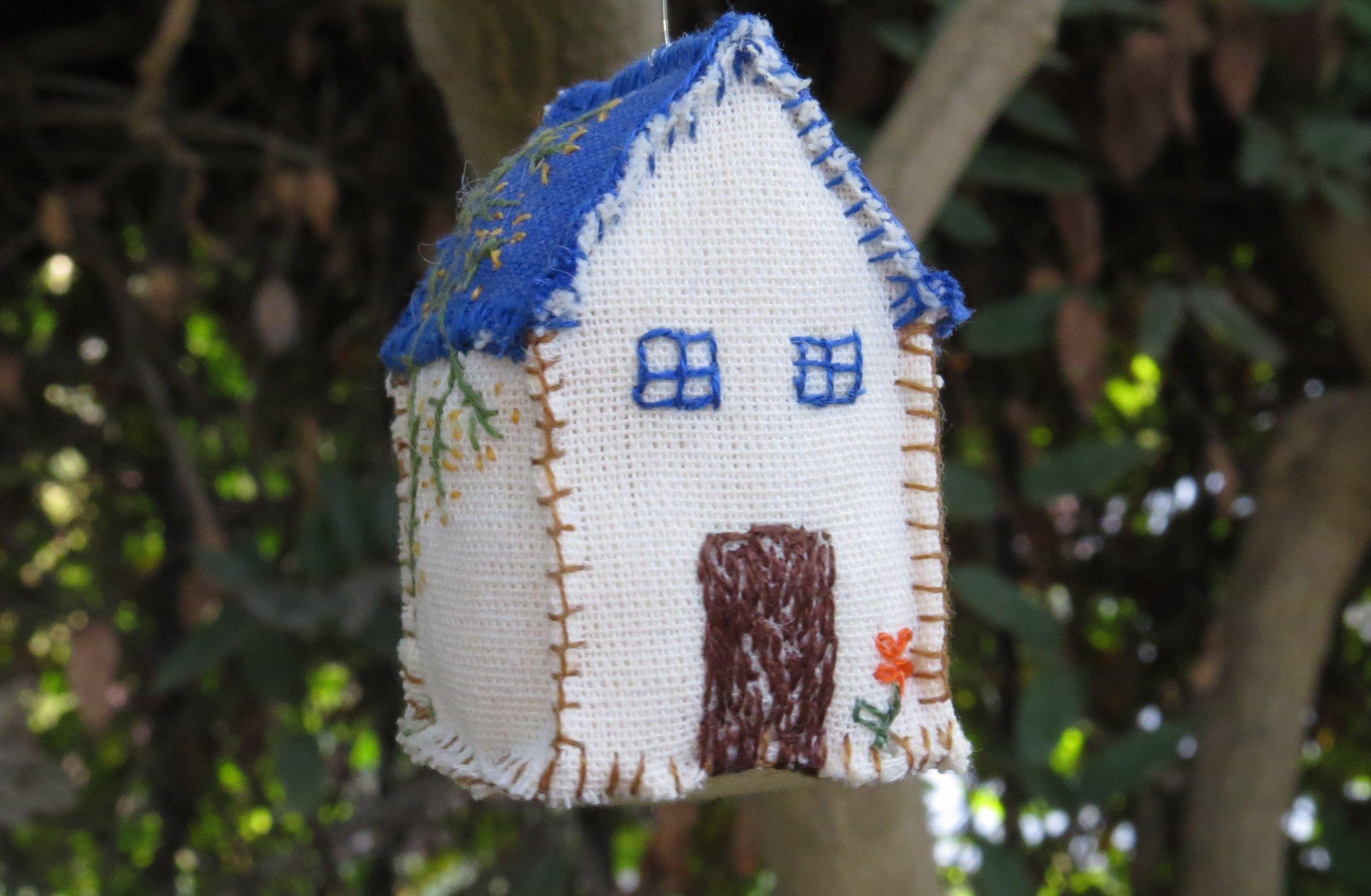 """de la serie """"la casa es nuestro rincón del mundo"""". casita de tocuyo bordada con historias."""