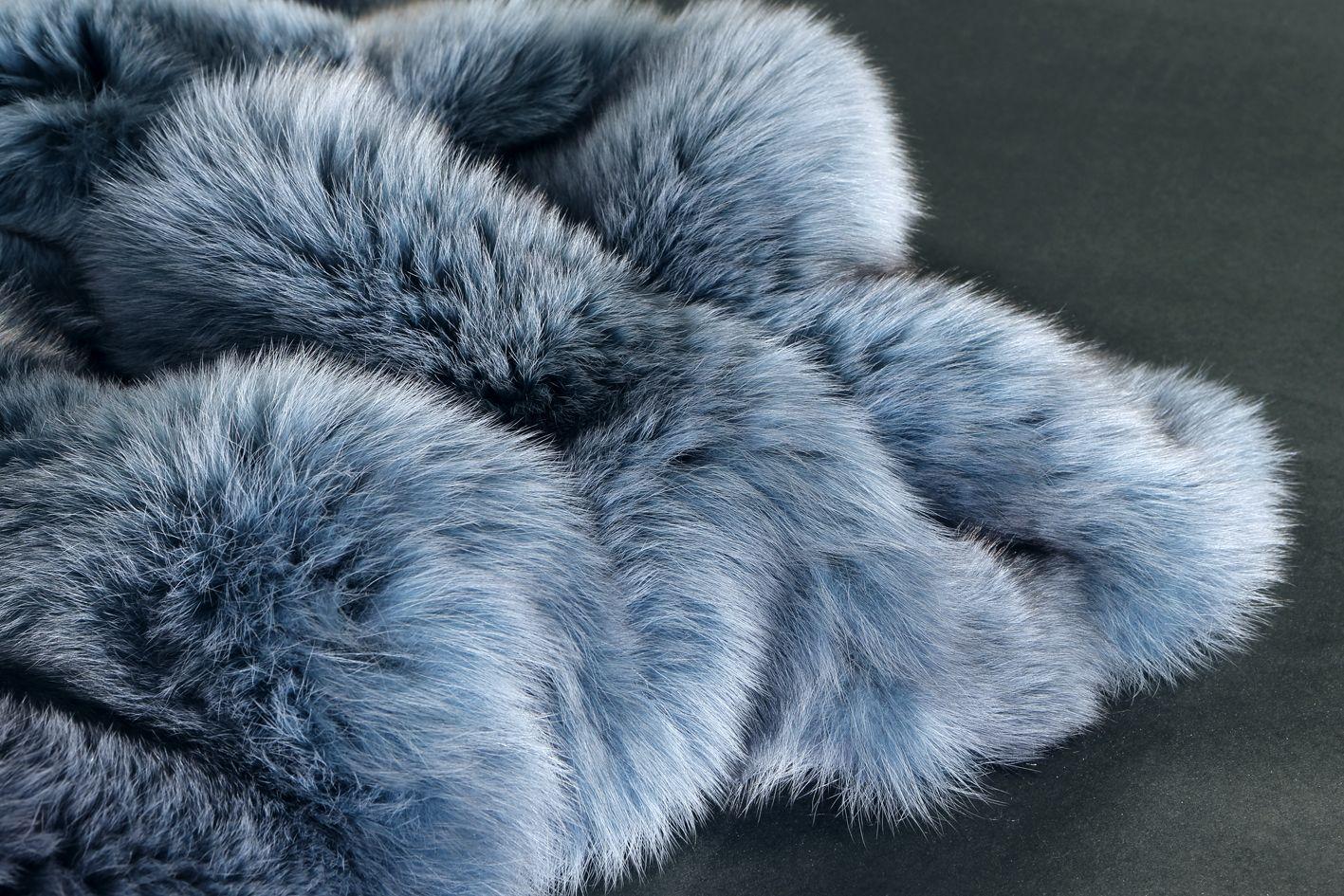 plaid renard arctique teint bleu dyed arctic fox throw. Black Bedroom Furniture Sets. Home Design Ideas