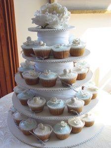 Wedding Cake vs Wedding Cupcakes #Wedding #cupcakes