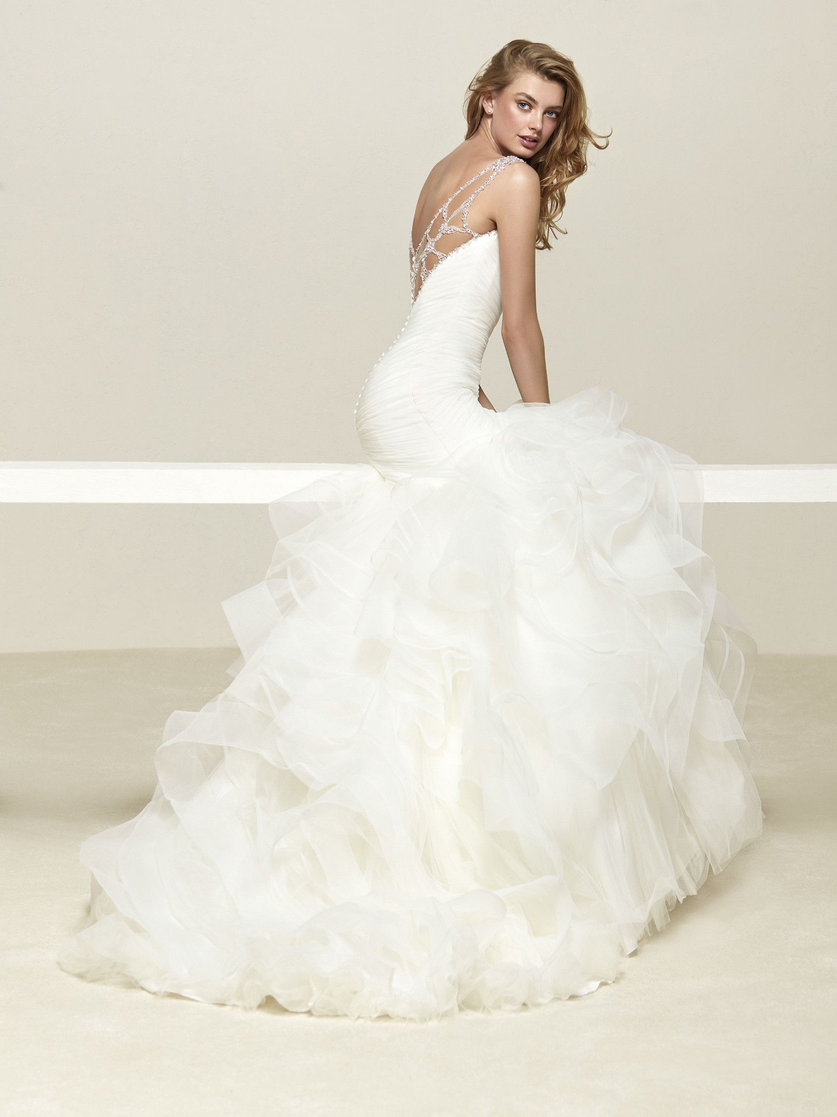 Tulle en cascade asymétrique wedding pinterest wedding dress