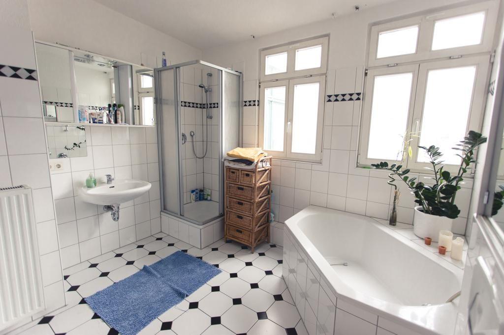 modern eingerichtetes badezimmer mit modernen fliesen eckbadewanne dusche und schmalem korbschrank badezimmer - Fliesen Fur Dusche Modern