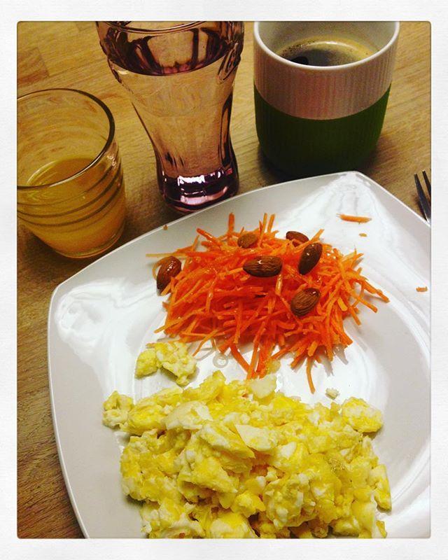 2 æg, gulerødder og mandler + milkshake lavet på jordbær, hindbær, strawberry & vanilje proteinpulver og mælk (uden skyr).