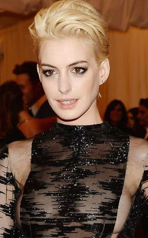 Met Gala Anne Hathaway Goes Blond Short Hair Pinterest Blonde And Styles