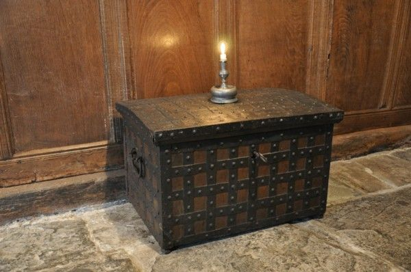 EARLY 17TH CENTURY OAK AND IRONBOUND STRONG BOX. WESTPHALIAN. CIRCA 1620. (c. 1620 England)