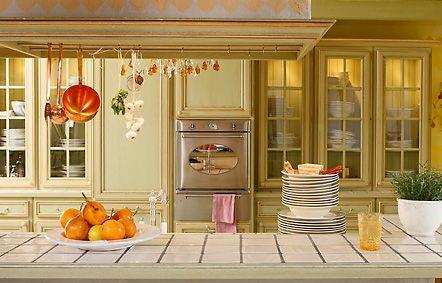 So sollte eine edle Landhausküche mit dem Flair des Südens aussehen. Massive Eichenfronten, aufwändig in mehreren Arbeitsgängen gearbeitete Oberflächen. Da macht das Kochen erst so richitg Spaß! http://www.domicil.de/de/home-collection/kueche/provence/bild1.html