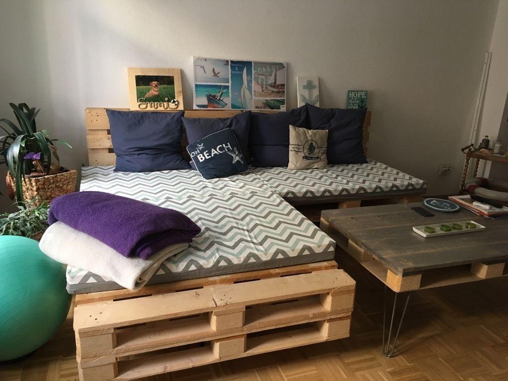 Ecksofa und Beistelltisch fürs Wohnzimmer aus Paletten selber bauen. DIY Sofa Tisch Paletten ...