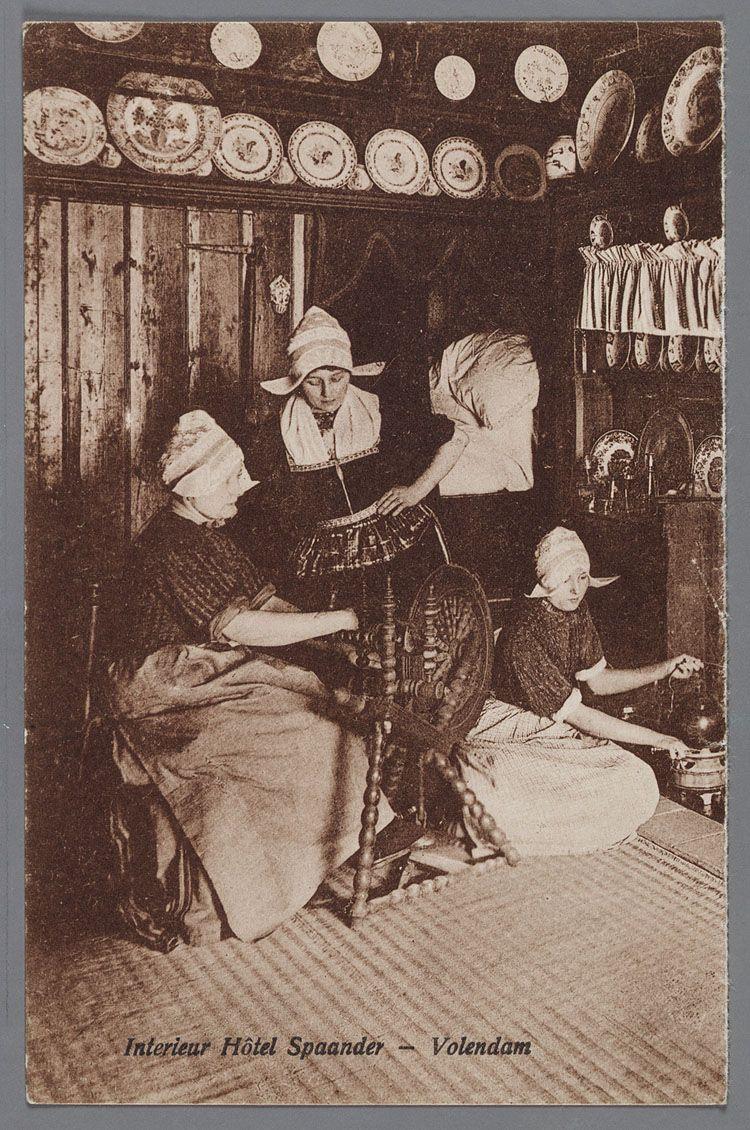 Interieur Hôtel Spaander - Volendam 1920-1930 Drie vrouwen in dracht ...