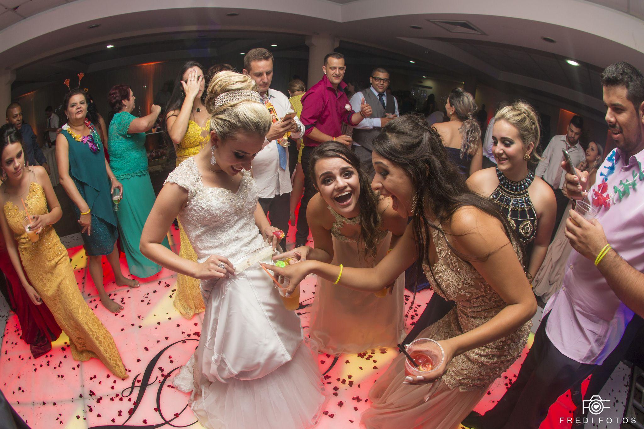 Quando o nome das madrinhas esta na barra do vestido da Noiva...