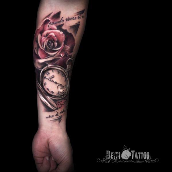 Resalta El Tatuaje Blanco Y Negro Con Un Toque De Color Rosa Y